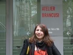 C'est devant l'Atelier Brancusi, à deux pas de son lieu de travail, en plein cœur de Paris, qu'Andra nous a donné rendez-vous