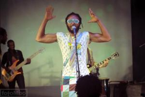 Wanlov the Kubolor chante en pidgin, roumain et anglais