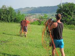 Les villageois, aidés par des volontaires, ont ramassé les câbles installés ilégalement sur leurs terres