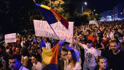 A partir du 1er septembre 2013, plusieurs milliers de Roumains ont participé aux manifestations contre le projet minier