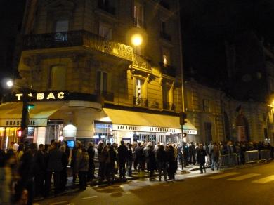 Les files d'attente devant l'Ambassade roumaine à Paris